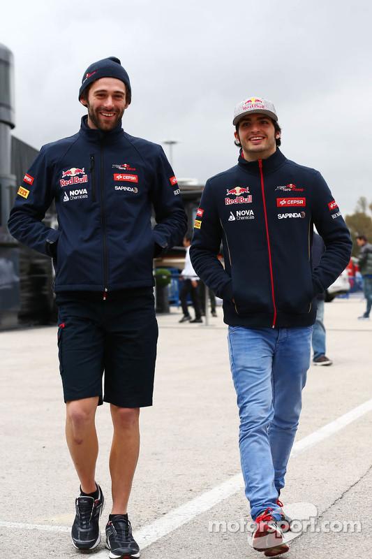 (Von links nach rechts): Sam Village, Scuderia Toro Rosso, mit Carlos Sainz jr., Scuderia Toro Rosso