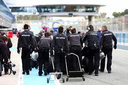 Mercedes AMG F1 i meccanica spingono Lewis Hamilton, Mercedes AMG F1 lungo la pit lane