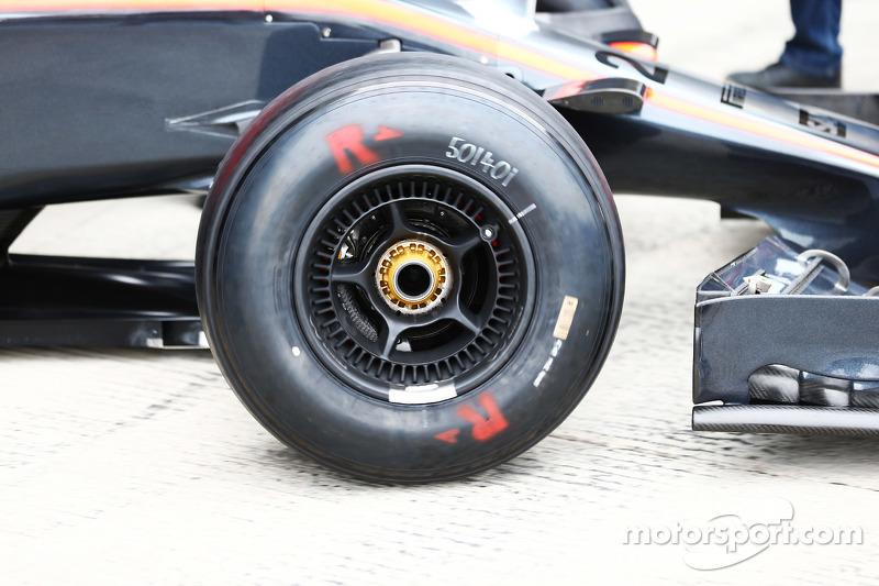 McLaren MP4-30 передні колеса детально