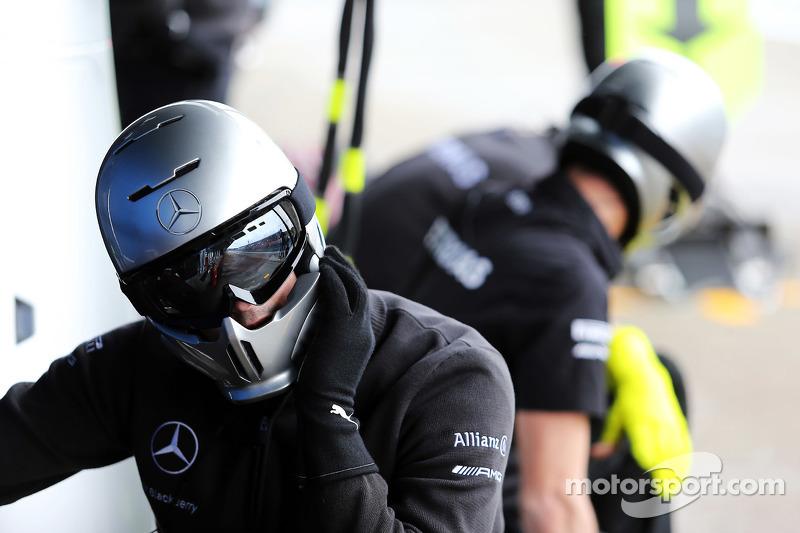 Mercedes AMG F1 практикує піт-стопи