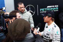 Nico Rosberg, de Mercedes AMG F1, con los periodistas