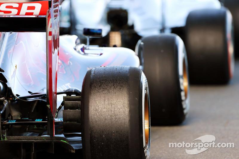 Max Verstappen, Scuderia Toro Rosso STR10, und Lewis Hamilton, Mercedes AMG F1 W06, am Ausgang der Boxengasse