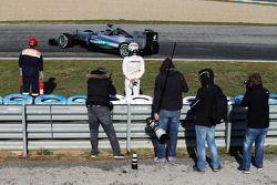 Lewis Hamilton, de Mercedes AMG F1 W06, se detiene en el circuito