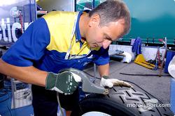 Un technicien Michelin prépare les pneus