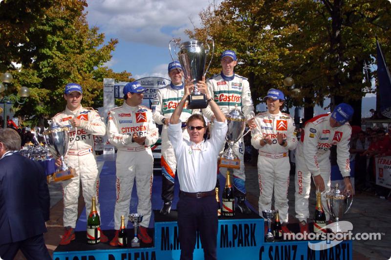 Podio: Markko Martin y Michael Park, con Sébastien Loeb y Daniel Elena, y Carlos Sainz y Marc Marti