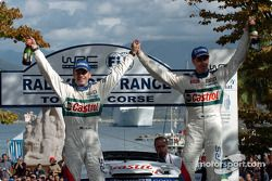 Podium : les vainqueurs Markko Martin et Michael Park fêtent leur victoire
