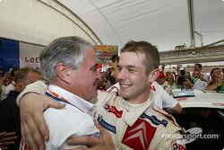 Le champion WRC 2004 Sébastien Loeb fête son titre avec Guy Fréquelin