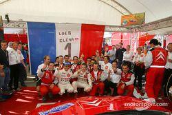 Los campeones del WRC 2004 Sébastien Loeb y Daniel Elena celebran con los miembros del equipo Citroën Sport