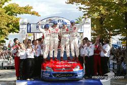 Podium : les champions WRC 2004 Sébastien Loeb et Daniel Elena fêtent leur titre avec Carlos Sainz et Marc Marti