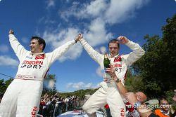 Podio: los campeones del WRC 2004 Sébastien Loeb y Daniel Elena lo celebran