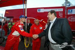 Le Ministre des Sports J.F. Lamour rend visite à Marlboro Peugeot Total au parc d'assistance