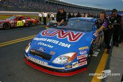 L'équipe de Greg Biffle pousse sa voiture vers la ligne des qualifications