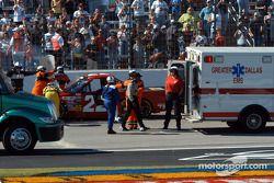 Bill Lester marche vers l'ambulance