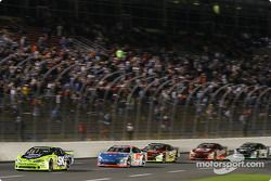 Todd Kluever devant un groupe de voitures