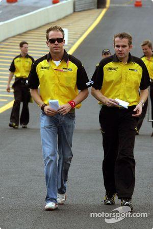 Robert Doornbos marche sur la piste avec un ingénieur Jordan
