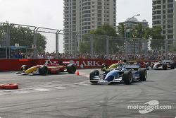 Départ : Paul Tracy devant le peloton pendant que Sébastien Bourdais coupe la chicane
