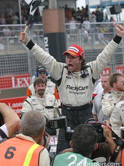 Le vainqueur Bruno Junqueira fête sa victoire