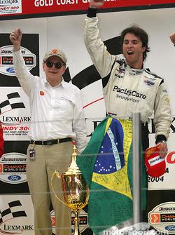 Podium : le vainqueur Bruno Junqueira fête sa victoire avec Carl Haas