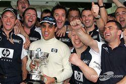 Juan Pablo Montoya fête sa victoire avec les membres de l'équipe Williams-BMW