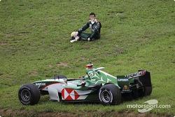 Mark Webber ve el GP de Brasil 2004 tras un accidente con su compañero