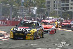 Anthony Tratt devant a group de cars