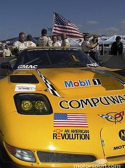 Les mécaniciens Corvette Racing sur la grille de départ