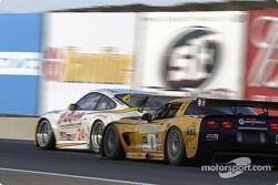La Porsche 911 GT3 RSR n°24 Alex Job Racing : Marc Lieb, Romain Dumas, et la Corvette C5-R n°4 Corve