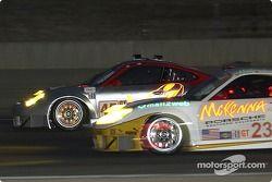 La Porsche 911 GT3 RSR n°45 Flying Lizard Motorsports : Johannes van Overbeek, Darren Law, la Porsch