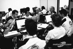 Jenson Button ve Takuma Sato BAR-Honda command center