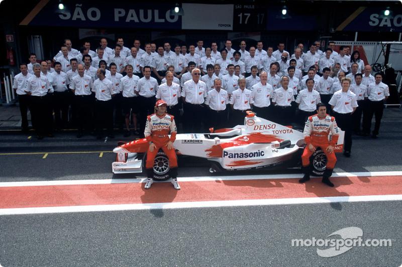 Toyota photoshoot: Jarno Trulli and Ricardo Zonta pose with Toyota team members