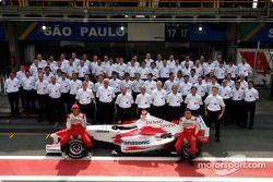 Toyota fotoğraf çekimi: Jarno Trulli ve RiCardo Zonta pose ve Toyota takım elemanları