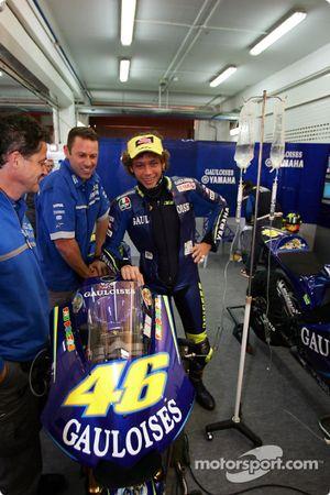 Dokter Valentino Rossi met IV-shots voor zijn motor