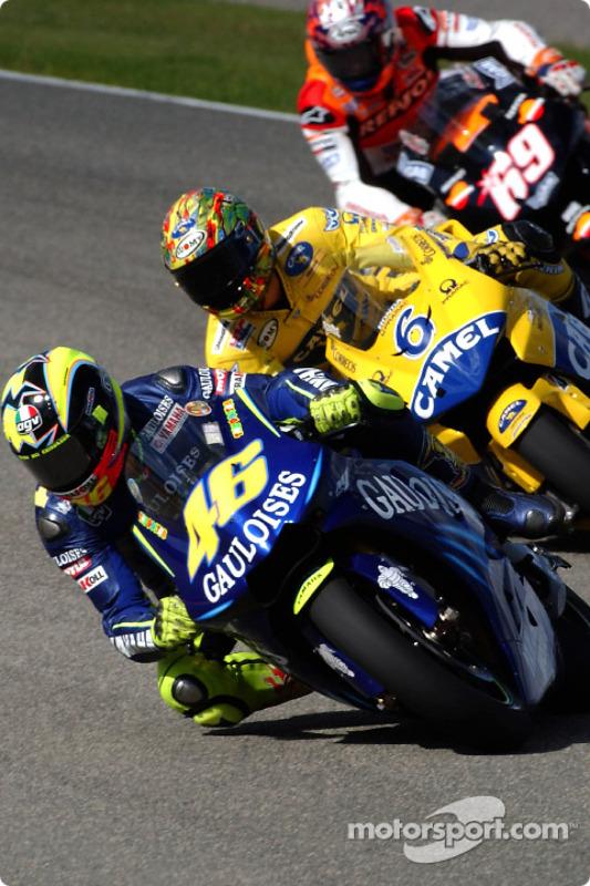 Valentino Rossi y Makoto Tamada