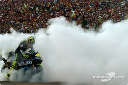 1. Valentino Rossi feiert mit einem Burnout