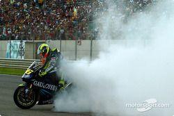 Le vainqueur Valentino Rossi fête sa victoire avec un burnout