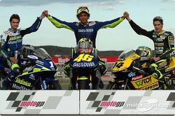 Los campeones 2004: MotoGP 500cc, Valentino Rossi, con 250cc, Daniel Pedrosa y 125cc, Andrea Dovizioso
