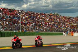 Neil Hodgson, D'Antin Ducati; Carlos Checa, Yamaha