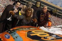 Dale Jarrett pose avec quelques monstres