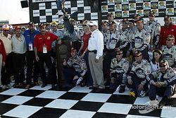 Victory lane : le vainqueur Jimmie Johnson avec son équipe