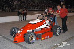 La voiture de Danny Drinan va vers la grille