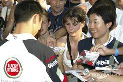 Takuma Sato imza dağıtıyor