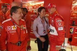 Michael Schumacher ve Jean Todt celebrate Pole: position