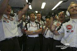 BAR-Honda takım elemanları celebrate as Takuma Sato sets fastest temporary time