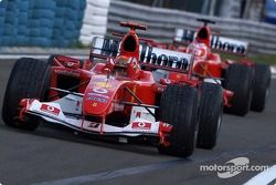 Yarış galibi Michael Schumacher ve Rubens Barrichello arrive Parc Ferme