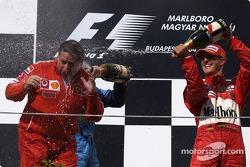 Podio: champagne Jean Todt y Michael Schumacher