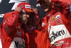 Podio: Rubens Barrichello, Jean Todt y Michael Schumacher celebran