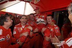 Michael Schumacher kutlama yapıyor ve Ferrari takım elemanları