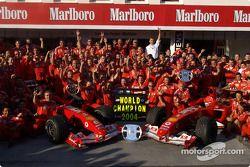 Ferrari takım elemanları celebrate 2004 Constructors Dünya Şampiyonası