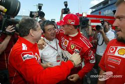 Jean Todt ve Bridgestone'in Hirohide Hamashima celebrate championship