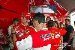 Michael Schumacher y Hiroshi Yasukawa de Bridgestone celebran Campeonato